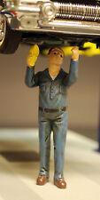 23908 American Diorama Werkstatt Crew, Hebebühne Schrauber John, 1:24