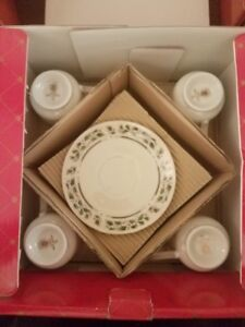 ROYAL LIMITED HOLLY HOLIDAY HOME FOR THE HOLIDAYS4 CUPS AND SAUCERS