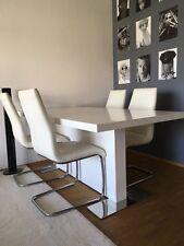 Weißer Tisch mit Stühlen