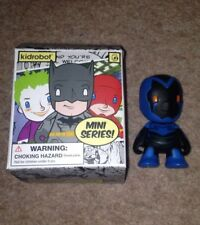 """Kidrobot DC MINI SERIE BLUE BEETLE 3"""" Figura in vinile UNIVERSO COMICS"""