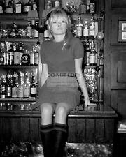 BRIGITTE BARDOT IN A LONDON PUB IN 1968 - 8X10 PUBLICITY PHOTO (AB-021)