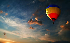Incorniciato stampa-Multicolore HOT AIR BALLOON volare alto nel cielo (immagine)