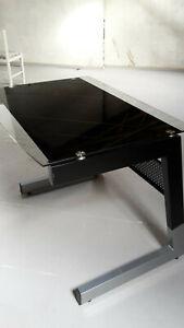 Schreibtisch mit grauen Metallgestell und schwarzer Glasplatte, so gut wie neu