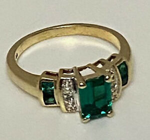 10k yellow Gold Women's Ring With Emerald