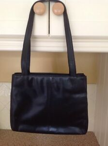 LOVELY ANNAPELLE BLACK LEATHER SHOULDER BAG USED GOOD CONDITION
