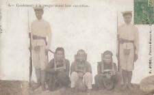 Condamnés à la cangue avant leur exécution 1908 Hanoi Indochine Vietnam Prison