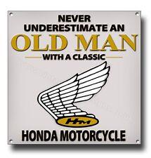 Never Underestimate an Alt Mann mit einem Klassisch Honda Motorrad Metall Schild