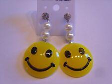 Ohrringe lachender gelber Smiley aus Kunststoff an Perlenimitaions Kette 4269