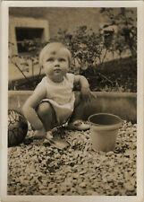 PHOTO ANCIENNE - VINTAGE SNAPSHOT - ENFANT JEU JOUET SEAU PELLE JARDIN-CHILD TOY