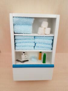 schöner Schrank gut bestückt fürs Bad in weiß 1:12 Miniatur, Puppenhaus