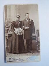Augsburg - Paar - Mann im Anzug mit Zylinder und Frau im Kleid mit Blumen / CDV