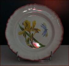 Assiette sur pied à décor d'iris jaune et de libellule