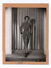PHOTO ANCIENNE MANNEQUIN FEMME 1950 Mode Bottines Pantalon Gants Studio Rideau