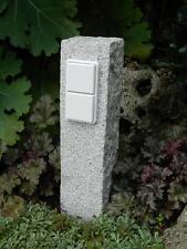 Doppelte Gartensteckdose in Granitpalisade, Naturstein, Außensteckdose, gestockt