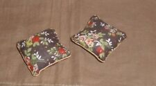 Ein absolutes Muss -  zwei braune Kissen mit Blumendekor-  Miniatur 1:12