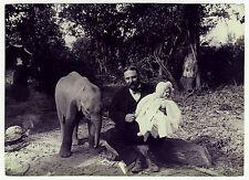 English settler india Baby Elephant/colono elefante * vintage 1890s photo