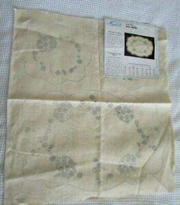 DAISY BOUQUET Myart Vintage Stamped linen Vanity duchess set doily original tags