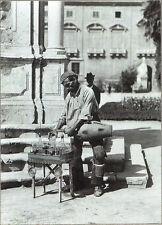 STAMPA FOTO ALINARI - PALERMO, UN ACQUAIOLO VERSA L'ACQUA NEL BICCHIERE, 1890