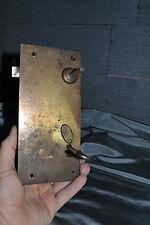 Grosse serrure ancienne à clef pour porte placard, armoire? à une face en laiton