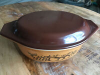 Beautiful Pyrex Old Orchard 1-1/2 qt casserole w/ Brown lid 043 943, Pre-Owned