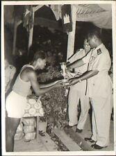 CAMBODGE KAMPUCHEA PHOTO LON-NOL ANCIEN PRESIDENT REMISE COUPE BASKET-BALL 1962