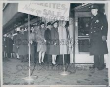 1944 Walgreens Customers Waiting in Line For Cigarettes WWII Era Press Photo