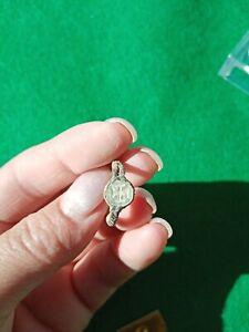Bonito anillo visigodo en bronce con piedra de nácar decorado con una cruz