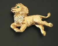 Vintage lion Brooch In gold tone  Metal with crystals