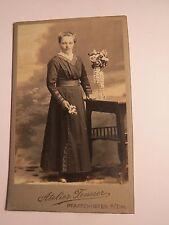 Pfaffenhofen a. Ilm - stehende junge Frau im Kleid - Blumen - Portrait / CDV