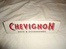 Décoration objet de magasin marque Chevignon en bois