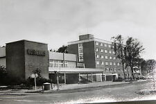 "21855 AK Greifswald DDR Hotel ""Boddenhus"" Kreuzung Neubau Fahrzeuge Bäume um1965"