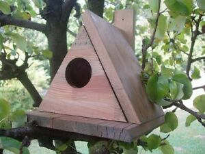 Nido per uccelli in legno a forma di triangolo con apertura laterale