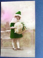 fantaisie, jeune fille au manteau vert ,au bonnet et au manchon de fourrure