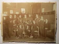 Gruppe junge Männer & 2 Soldaten in Uniform beim Bier - Stammtisch Kneipe ? Foto