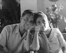RICHARD BURTON AND ELIZABETH TAYLOR - 8X10 PUBLICITY PHOTO (ZZ-543)