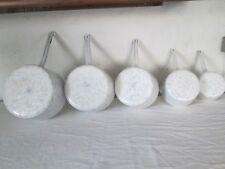 Série de 5 casseroles anciennes émaillées marbré Blanc/Bleu