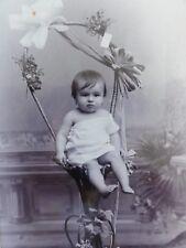Baby auf Hocker mit Blumendeko - Foto / Fotographie - T. Reimers / Hamburg