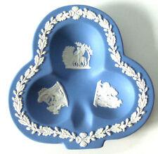 Wedgewood Blue Jasperware plat en forme de club de carte à jouer Costume, excellent