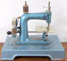 Ancienne machine à coudre miniature de la marque BABY Meuble poupée Dans son jus