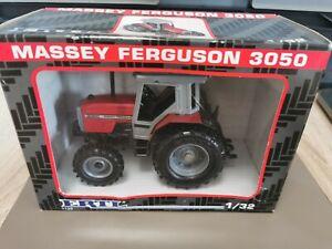 (P7-11) Ertl Traktor 1:32 Massey Ferguson 3050