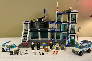 Lego CITY 7498 POLICE STATION / Minifigures 99%+ Complete