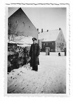 Foto, Soldat in Uniform, Mütze, Mantel, Gebäude