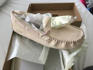 BNIB UGG DAKOTA POM POM Cream SUEDE MOCCASINS WOMEN'S SLIPPERS Size 11