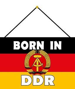 Born En DDR Panneau Métallique Plaque avec Cordon Signe Étain Métal 20 X 30 CM