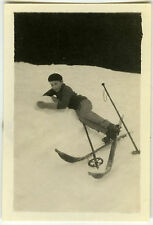 PHOTO ANCIENNE - ENFANT SKI CHUTE - CHILD SKIING FALLING FUNNY -Vintage Snapshot