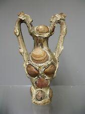 Vase en céramique et coquillage. Souvenir de bord de mer.