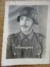 Altes Portrait Foto Soldat mit Bart und Stahlhelm 1942