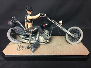 Gotham City Garage Catwoman Statue 0093/2500 DC Collectibles MINT