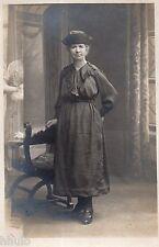 BM160 Carte Photo vintage card RPPC Femme mode fashion unusual arrière plan