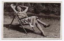 PHOTO ANCIENNE Femme Robe à fleurs Chaise longue Vers 1930 Repos Talon jardin